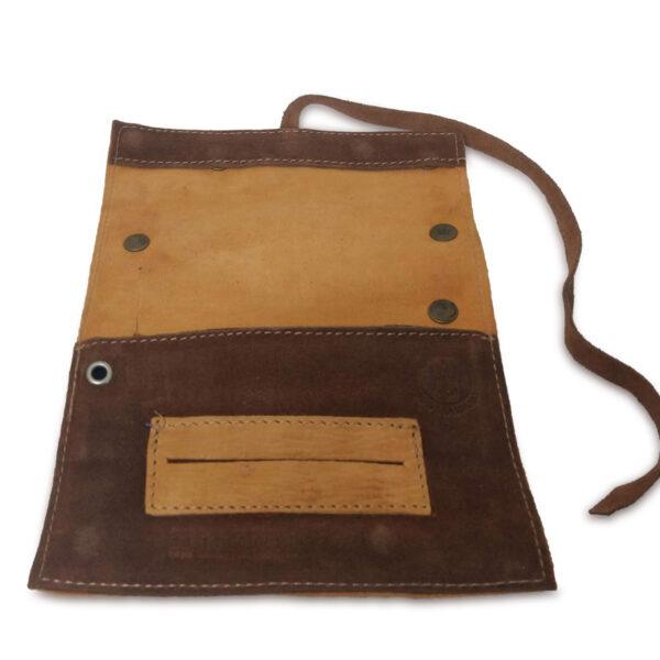 Portatabacco grande in pelle e camoscio giallo cadmio e marrone con borchie