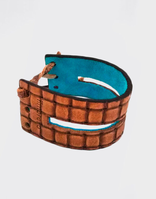 Bracciale piccolo azzurro e marrone con banda forata e laccetto